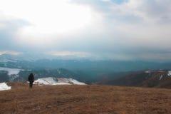 Ein Mann mit Stock an der Steigung des Hügels Lizenzfreies Stockfoto