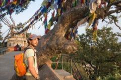 Ein Mann nahe dem buddhistischen stupa - Tourist Lizenzfreies Stockfoto