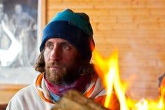 Ein Mann nahe einem Feuer Stockbilder