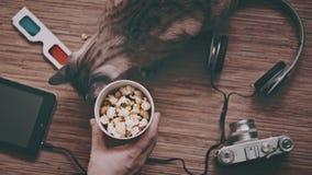 Ein Mann nimmt eine Pappschale mit Popcorn, Draufsicht stock footage
