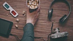 Ein Mann nimmt eine Pappschale mit Popcorn, Draufsicht stock video footage