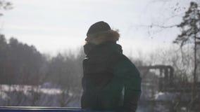 Ein Mann nimmt an Sport im Freien teil Übungen auf der Ausrüstung Winterzeit, Erholung Park stock video