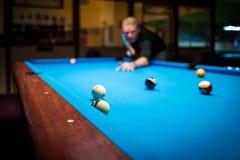 Ein Mann plasy Pool-Billard lizenzfreie stockfotos
