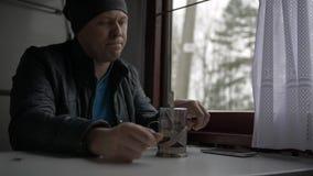 Ein Mann reist auf einen Zug stock footage