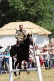 Ein Mann reitet ein Pferd Stockbilder