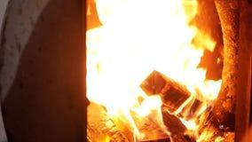 Ein Mann richtet Holz im Ofen gerade stock video