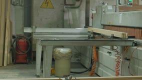 Ein Mann sägt Holztürfreie räume auf der Maschine, die Produktion von Dorfinnentüren stock video footage
