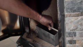 Ein Mann säubert den Kamin von der Asche stock video