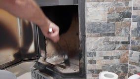 Ein Mann säubert den Kamin von der Asche stock footage