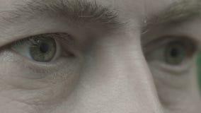 Ein Mann schaut direkt und blinkt stock video