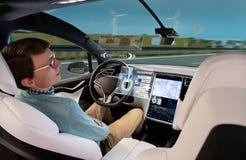 Ein Mann schläft, während sein Auto durch eine automatische Kurssteuerung angetrieben lizenzfreie stockfotografie