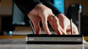 Ein Mann schließt die Ethernet-Kabel an den WAN-Hafen und LAN-Häfen des WiFi-Routers an stock video