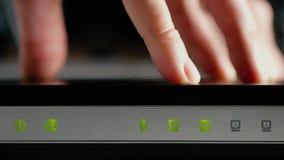 Ein Mann schließt die Ethernet-Kabel an die WAN- und LAN-Häfen des WiFi-Routers an nahaufnahme stock footage