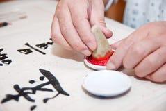 Ein Mann schrieb chinesische Kalligraphie Stockbilder