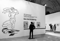 Ein Mann sieht die Ausstellung der Ausstellung auf der Buchausstellung im Arsenalmuseum in Kiew an Lizenzfreies Stockfoto