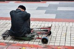 Ein Mann sitzen allein auf Sockel Stockbild