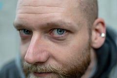 Ein Mann starrt entlang der Kamera an lizenzfreie stockfotos