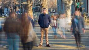 Ein Mann steht an einem Fußgängerübergang um undeutlichen Leute und undeutlichen Autos Juni 2013: Geschossen von einem Fahrzeug,  stock footage