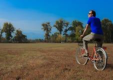 Ein Mann trainiert auf einem Fahrrad Lizenzfreies Stockbild