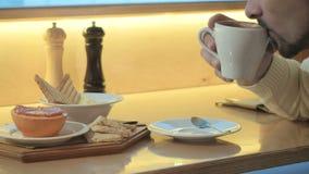 Ein Mann trinkt Kaffee von einer Schale stock video