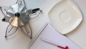 Ein Mann trinkt Kaffee von einer Schale auf dem Tisch Dann nimmt er einen Stift und denkt an was, in ein Notizbuch zu schreiben N stock video
