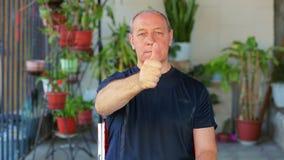 Ein Mann tut Übungen mit seinen Augen, die seinen Finger betrachten und ihn wegrücken stock video footage