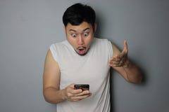 Ein Mann und ein Handy stockfotografie