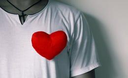 Ein Mann und ein rotes Herz Lizenzfreie Stockbilder