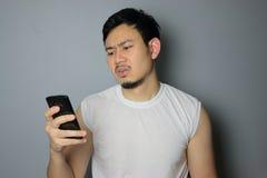 Ein Mann und ein Smartphone stockfoto