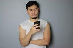 Ein Mann und ein Smartphone lizenzfreies stockbild