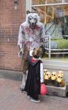 Ein Mann und ein Sohn in furchtsamen Kostümen Halloweens stockbild