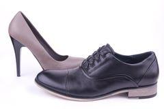 Ein Mann und ein weiblicher Schuh Lizenzfreie Stockfotos