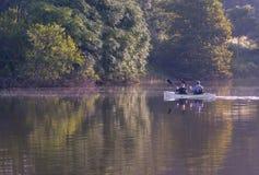 Ein Mann und eine Frau, die auf Gamander-Ehrenpreis-Forge See Kayak fahren stockfotografie
