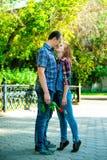 Ein Mann und eine Frau, die in die Stadt gehen Stockfotos
