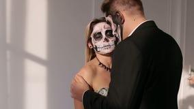 Ein Mann und eine Frau in einem Kleid und in einem Kostüm mit einem gruseligen Halloween-Make-up stock video footage
