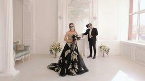 Ein Mann und eine Frau in einem Kleid und in einem Kostüm mit einem gruseligen Halloween-Make-up stock video