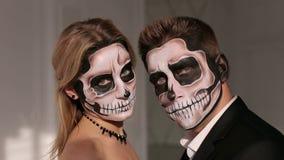 Ein Mann und eine Frau in einem Kleid und in einem Kost?m mit einem gruseligen Halloween-Make-up stock video footage