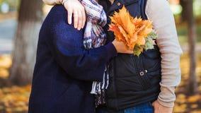 Ein Mann und eine Frau gehen in den Park und umarmen sich lizenzfreies stockfoto