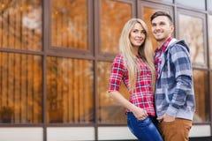 Ein Mann und eine Frau im Stadtfrühherbst Stockfotografie