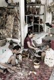 Ein Mann und eine Frau machen hölzernes Handwerk Stockbilder