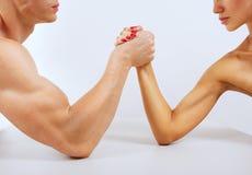 Ein Mann und eine Frau mit den Händen umklammerten das Armdrücken, lokalisiert Lizenzfreies Stockfoto