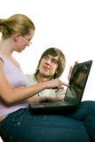 Ein Mann und eine Frau mit einem Notizbuch Lizenzfreie Stockbilder