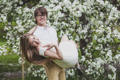 Ein Mann und eine Frau unter einem blühenden Baum Lizenzfreie Stockfotos