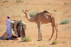 Ein Mann und sein Kamel lizenzfreies stockbild