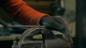 Ein Mann verarbeitet ein Metallteil mit einer Raspel, Datei stock video