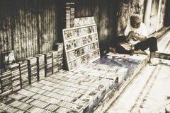 Ein Mann-Verkauf altes Cassete übergeben Stockfoto