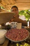 Ein Mann verkauft Bohnen Stockfotos