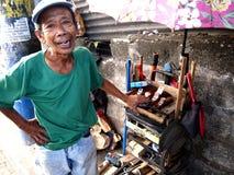 Ein Mann verkauft eine Vielzahl von handgemachten Zimmereiwerkzeugen entlang einer Straße in Antipolo-Stadt, Philippinen Lizenzfreies Stockfoto