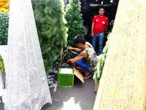 Ein Mann verkauft Zierpflanzen und Blumen und Weihnachtsdekors in Dapitan-Markt Stockfotos