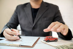 Ein Mann-Versicherungsmaklerangebot schützen Ihr Auto stockbild